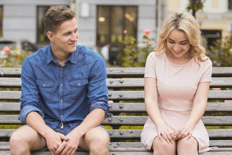 ein paar flirten auf einer parkbank