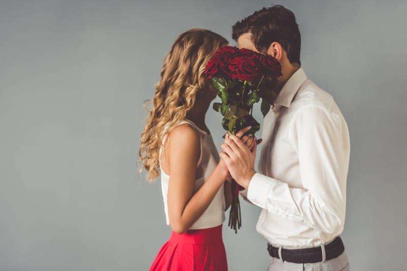 mann gibt Mädchen Rosen