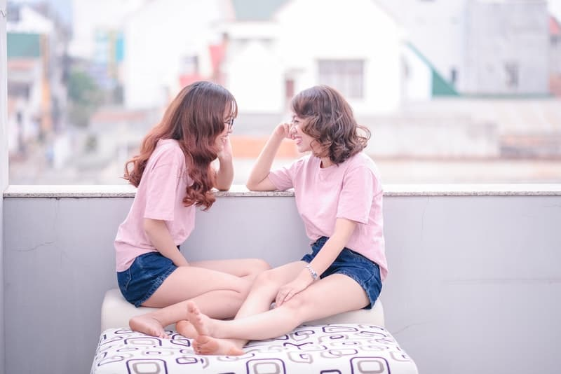 zwei Freunde lachen