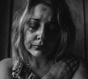 eine weinende Frau nach Gewalt