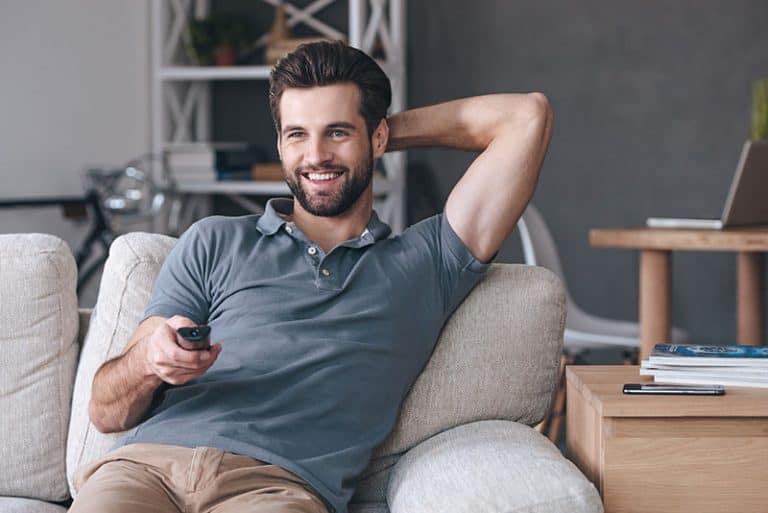 Ein Mann, der im Wohnzimmer fernsieht