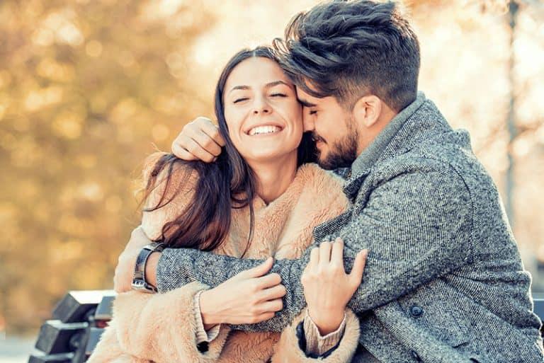 Ein Mann umarmt seine Freundin