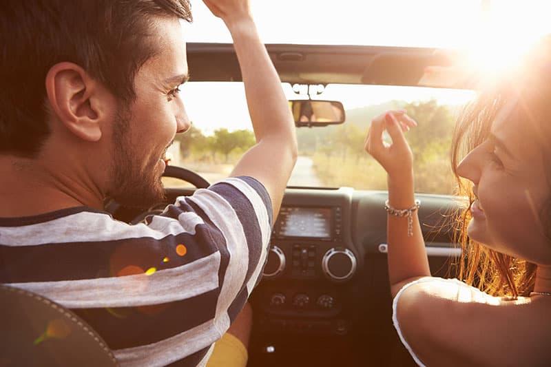 Ein Mann und eine Frau fahren gerne Auto