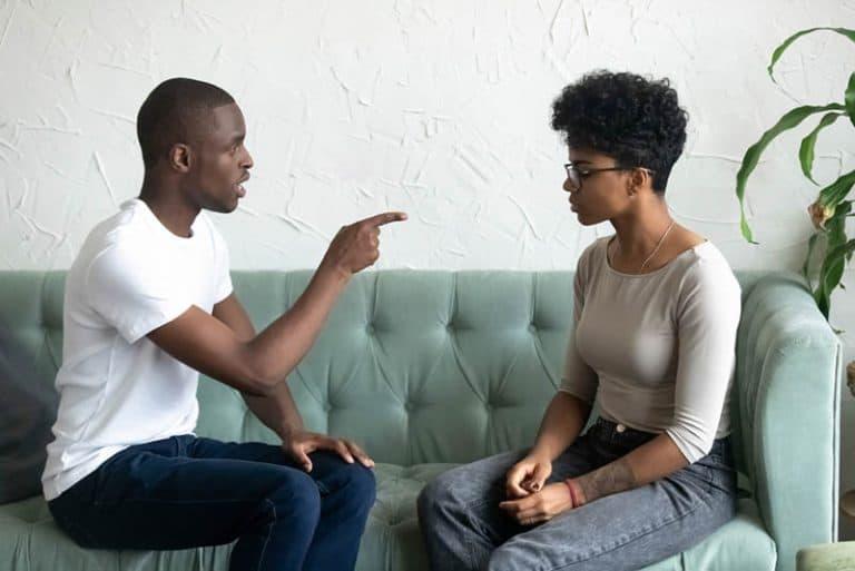 Ein Mann zeigt mit dem Finger auf ein Mädchen