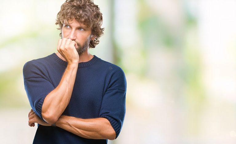Ein besorgter Mann schaut in die Ferne