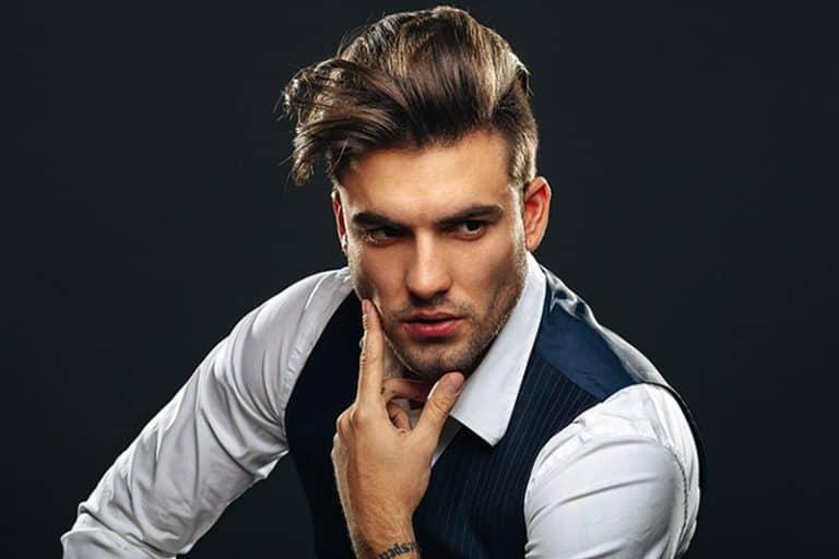 Eine Schaufensterpuppe im Anzug hält eine Hand an sein Kinn