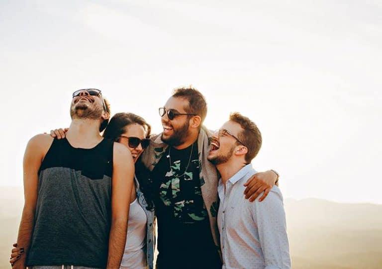 Freunde genießen zusammen Zeit im Freien