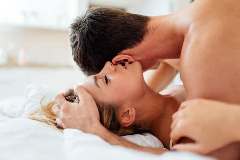 Paar, das Liebe auf dem Bett macht