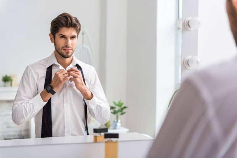 Selbstbewusster Mann, der formelle Kleidung trägt