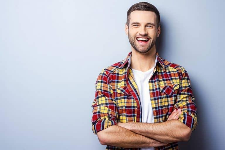 ein Mann in einem bunten Hemd posiert