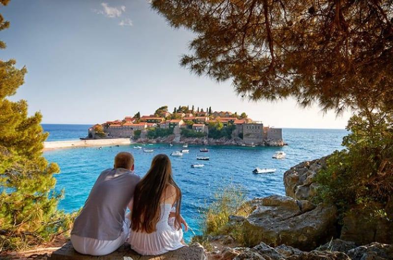 ein junges Paar, das die Festung ansieht(1)