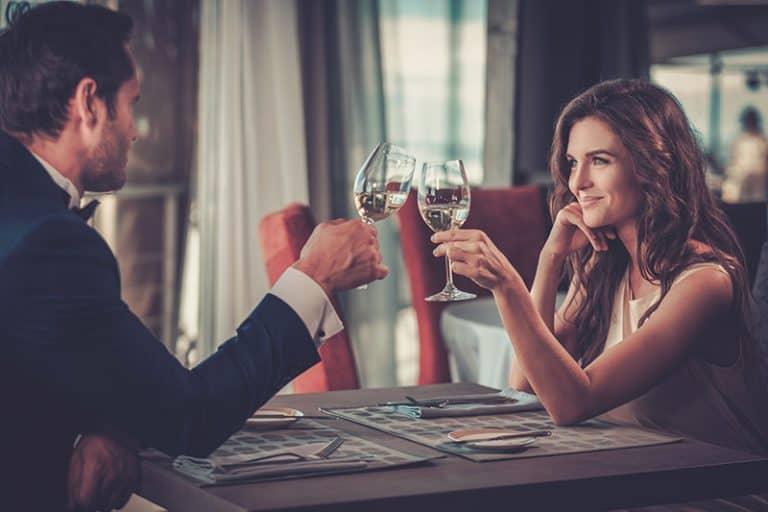 ein junges Paar in einem Restaurant