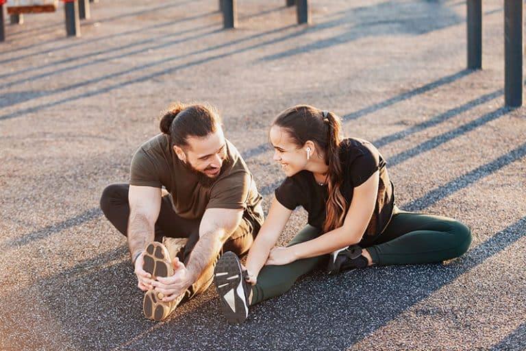 ein lächelndes Paar, das zusammen trainiert