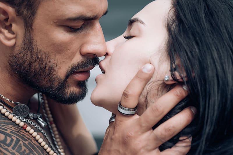 ein leidenschaftlicher Kuss eines Mannes und einer Frau