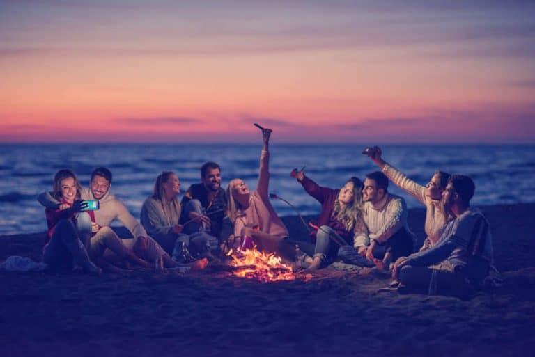 eine Gruppe junger Leute, die Spaß am Strand haben