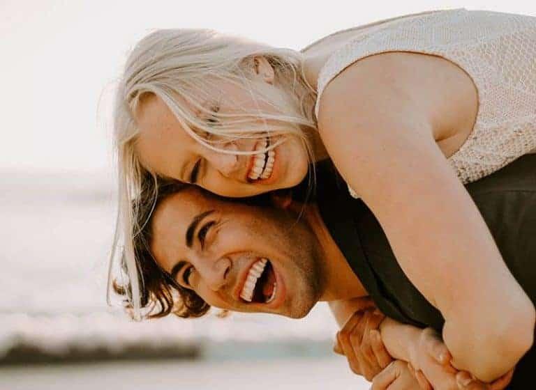 glückliches Paar genießen zusammen Zeit