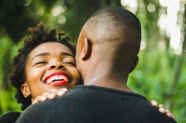 schwarzes Paar, das in der Natur umarmt