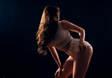 ein sehr hübsches Mädchen in kurzen Hosen