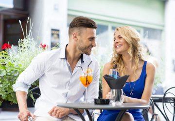 junges Paar sitzt im Café