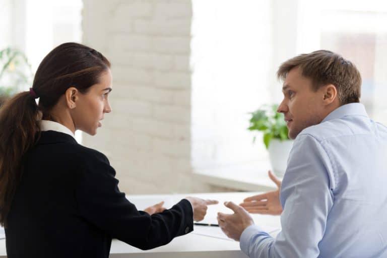 Arbeitskollegen streiten sich