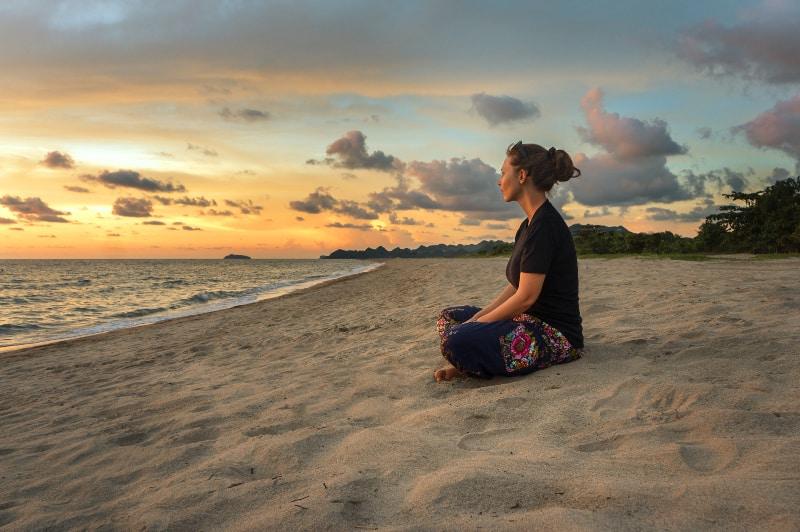 Das Mädchen sitzt am Strand