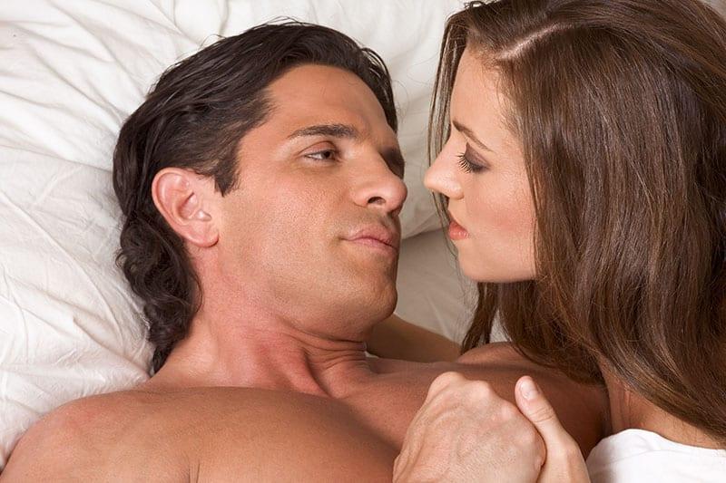 Das geile Paar liegt auf dem Bett