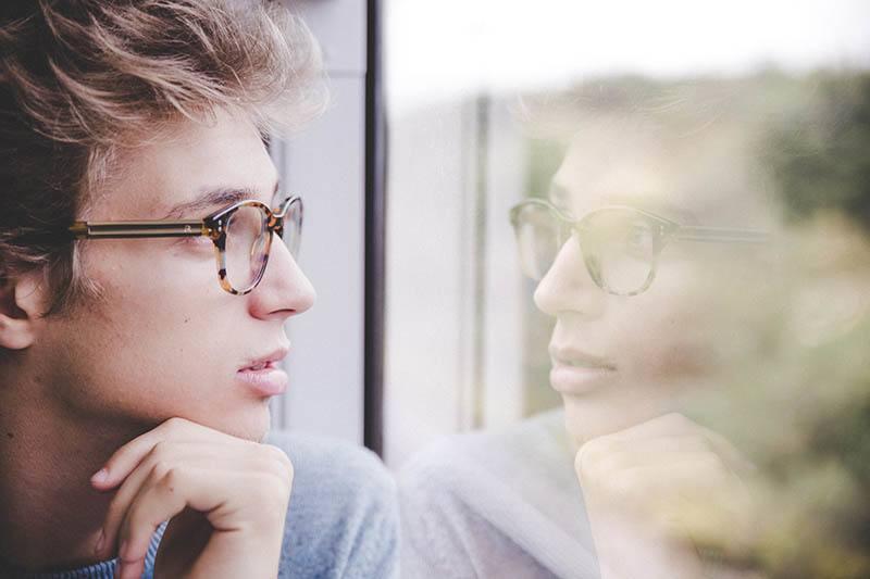 Der Mann schaut aus dem Fenster
