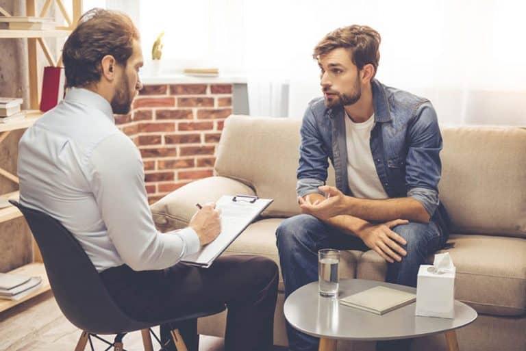 Der Mann spricht mit einem Psychotherapeuten