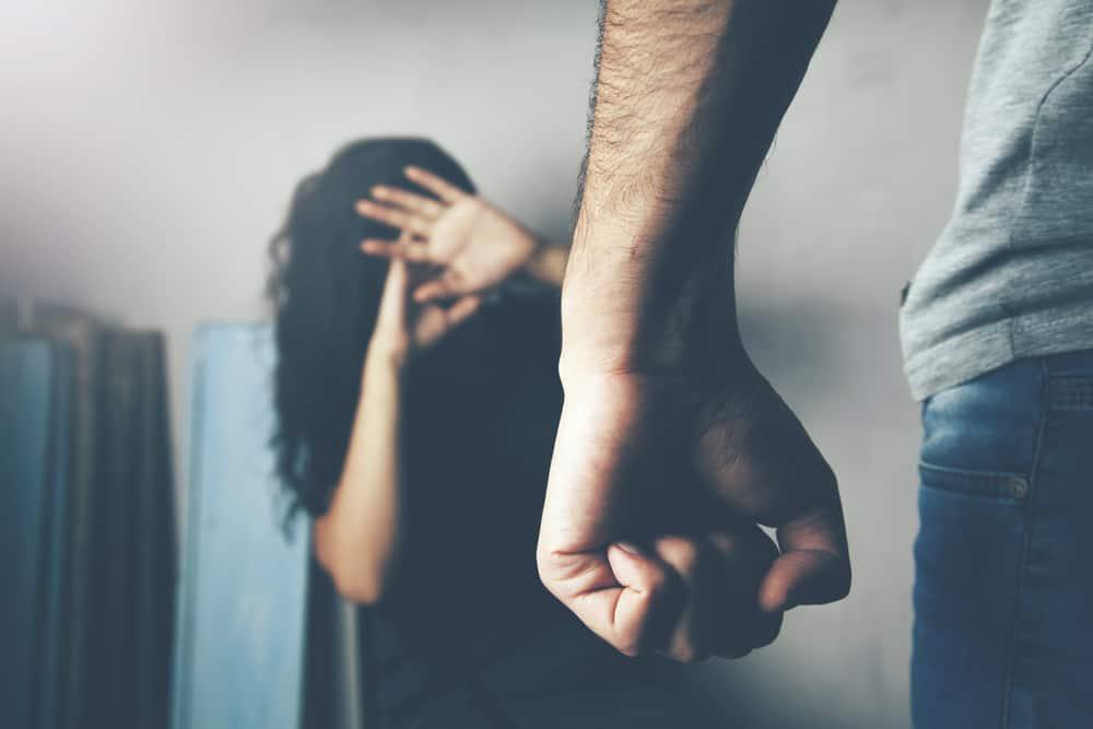 Ein Mann behandelt eine Frau gewaltsam