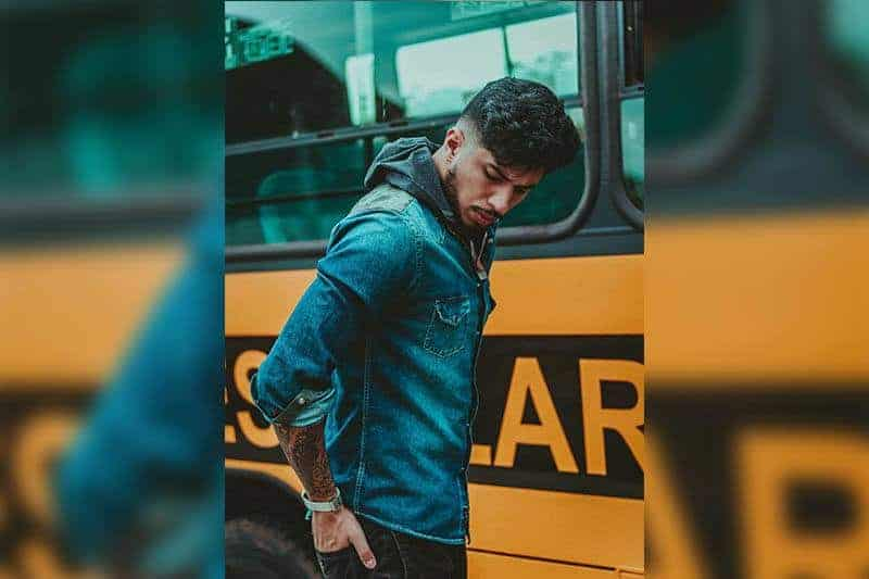 Ein Mann steht neben dem Bus