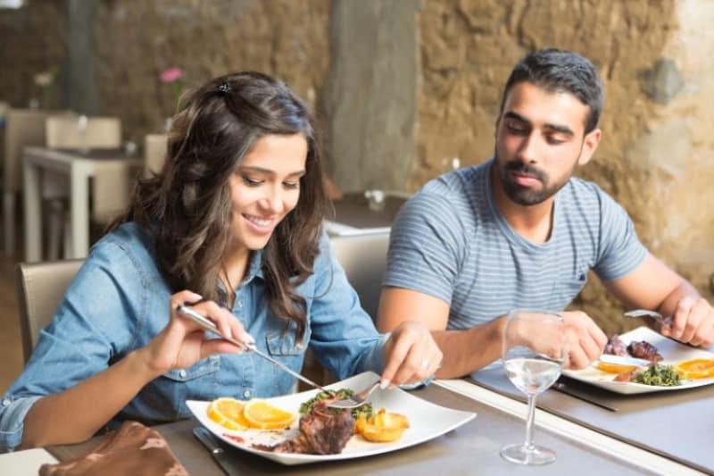 Ein Mann und eine Frau essen zusammen zu Mittag