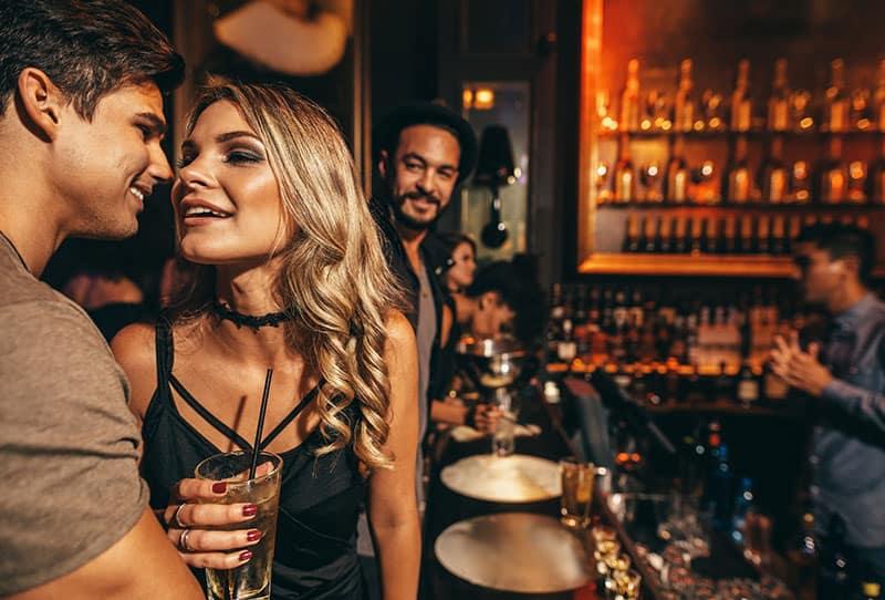 Sexy Brünette Verführt In Einer Bar Einen älteren Mann