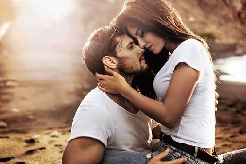 Ein Mann und eine Frau küssen sich bezaubernd