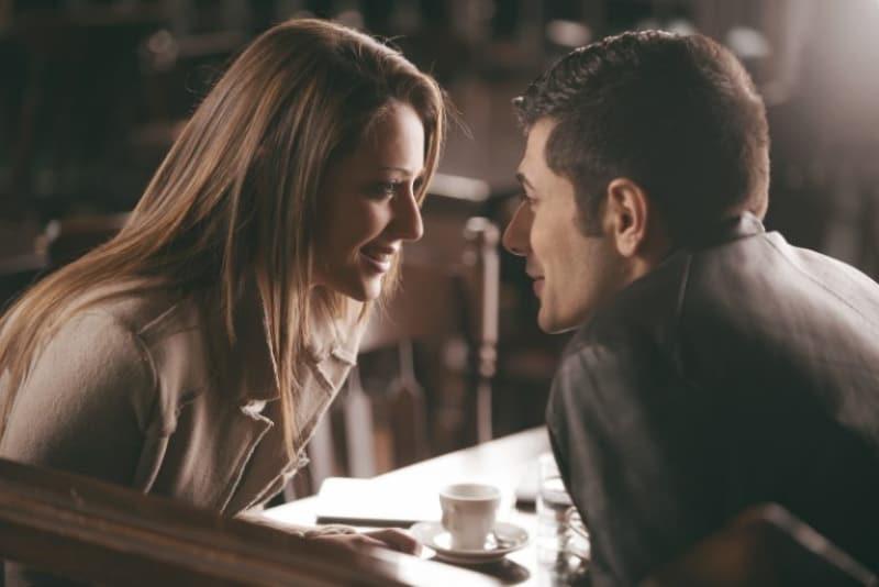 Ein Mann und eine Frau unterhalten sich verführerisch