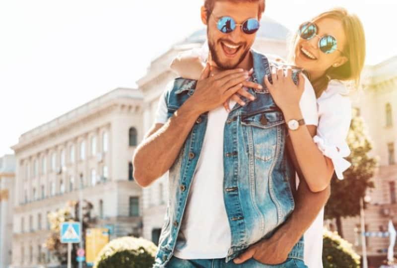 Ein Paar genießt die Stadt