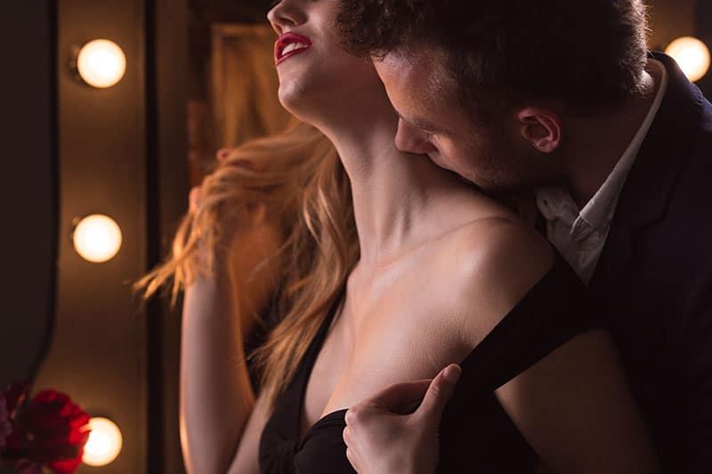Eine Frau genießt die leidenschaftlichen Küsse eines Mannes
