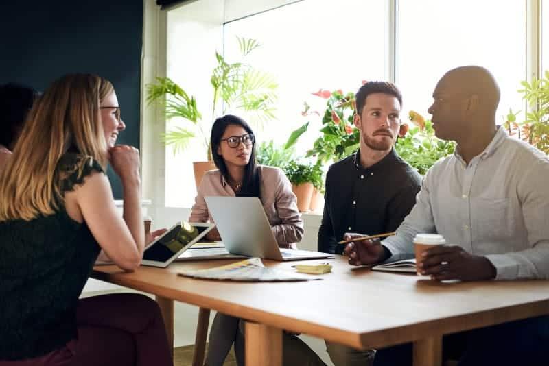 Eine Gruppe von Geschäftsleuten sitzt und spricht über Arbeit