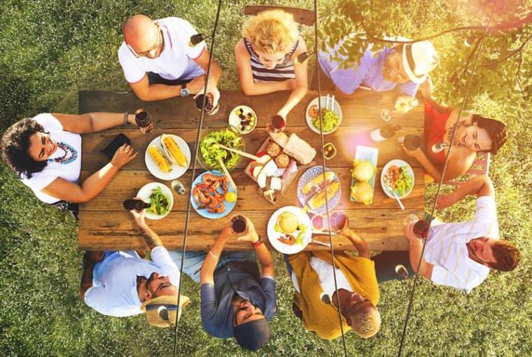 Familie beim Mittagessen zusammen