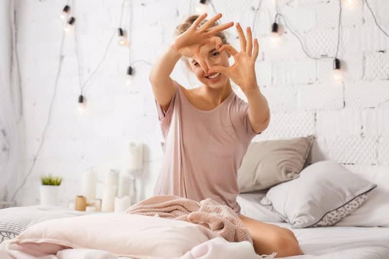 Frau gestikulierendes Herzzeichen mit den Händen