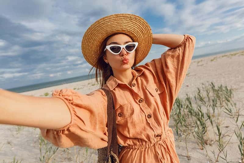 Frau mit Entengesicht, die selfie nimmt