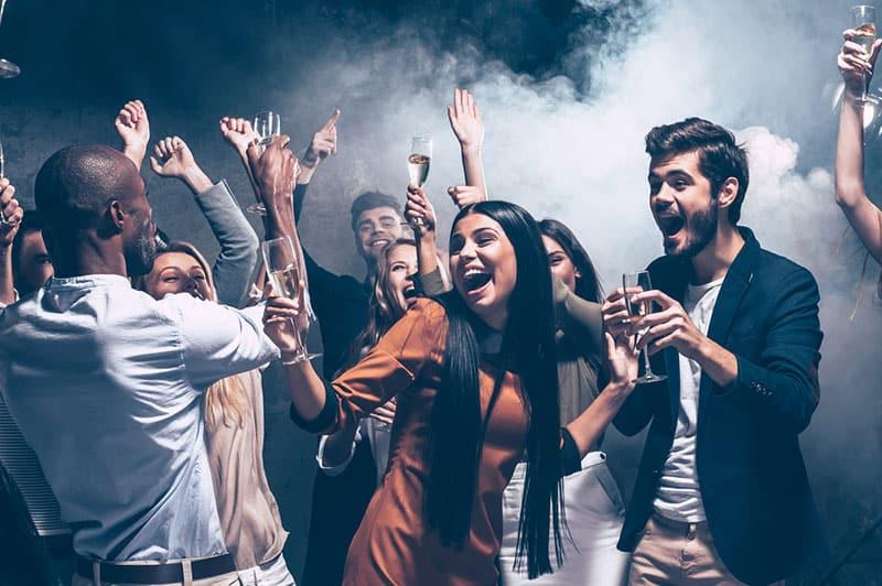 Freunde tanzen in der Disco