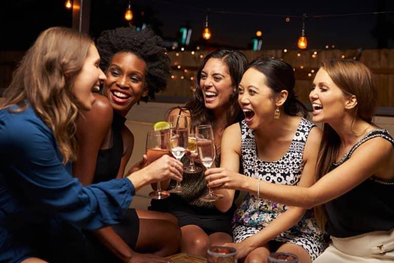 Freunde trinken Cocktails