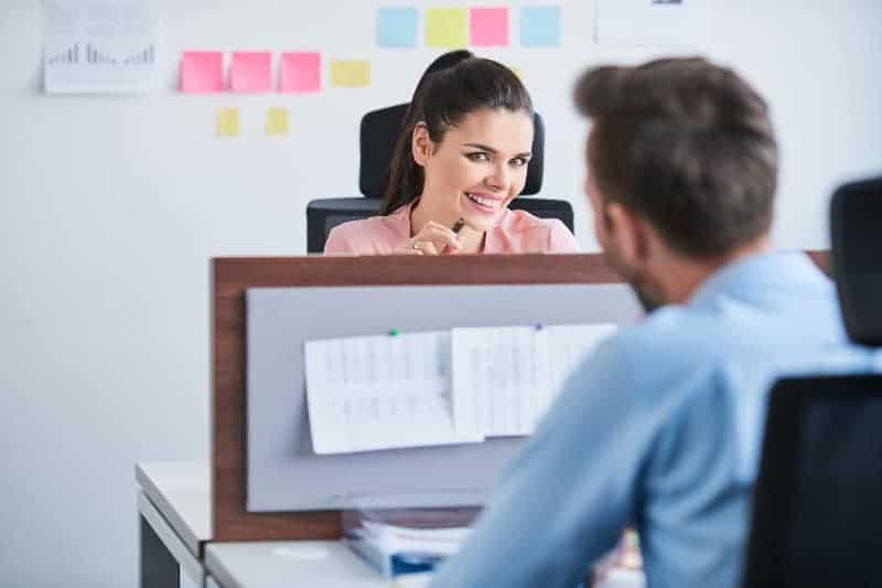 Männer und Frauen bei der Arbeit flirten