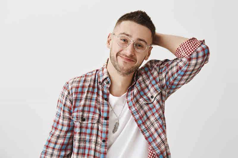 Mann mit Brille posiert