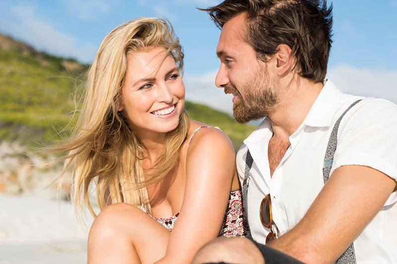 Mann spricht mit schönen Frauen im Freien