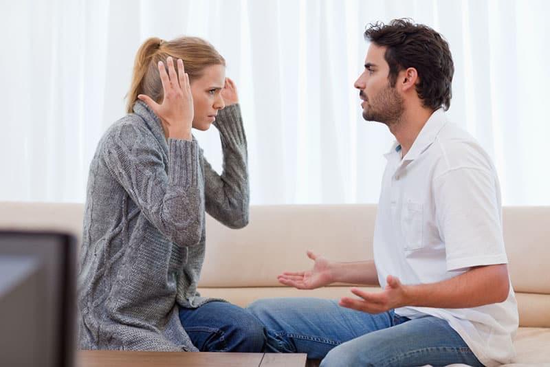 Paar streiten im Wohnzimmer