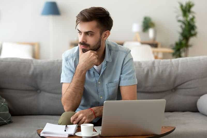 achtsamer Mann, der am Laptop sitzt