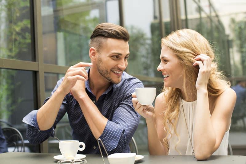 attraktives Paar, das im Café sitzt