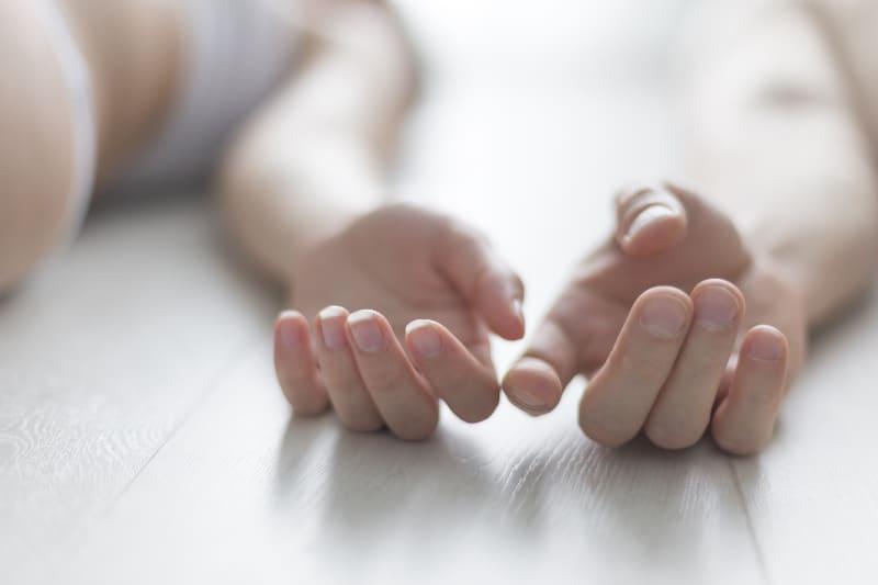 der Fokus der Hände eines Mannes und einer Frau, die auf dem Boden liegen