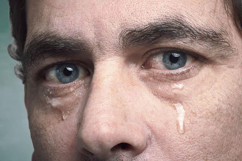 die weinenden Augen eines Mannes